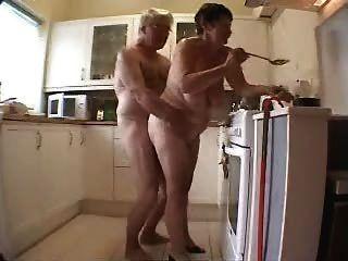 alte Paare, die Spaß in der Küche