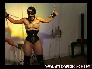 schwer durchbohrt Sklaven mit Gewichten auf ihrem gepiercte Muschi