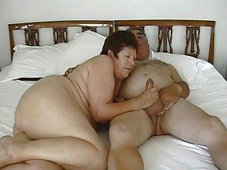 reifen Exhibitionisten Paar mit kleinen Dildo masturbiert