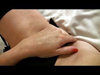kleine breasted reife Milf in schwarzen Strümpfen Finger