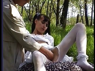 haarige Mädchen wird außerhalb in Strümpfen gefickt