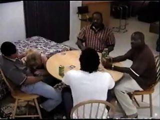 unterwürfig Schlampe an einem Poker Partei