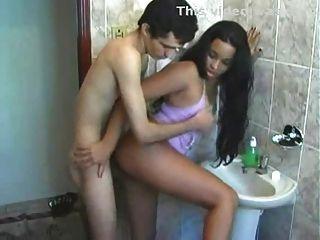 latina im Badezimmer gefickt vor der Arbeit