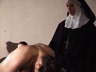 Mädchen schwer Nonne versohlt