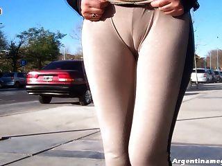 Beeindruckend! Hot Latin ass Mädchen see-through Hosen in der Öffentlichkeit tragen!
