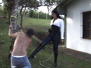 latin Herrin straft ihren Sklaven