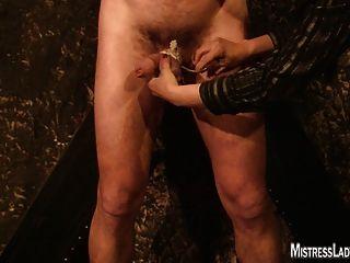 Dame jenny foltert Slave an der Wand befestigt