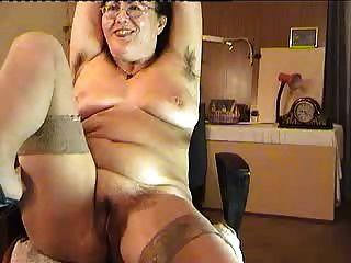 haarige reife Dame zeigen auf cam