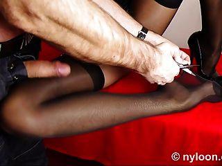 Nylon-Strumpf innen Muschi und abspritzen Bein
