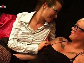 mandy cinn und Amica bentley in heißen britischen Lesben Fisting