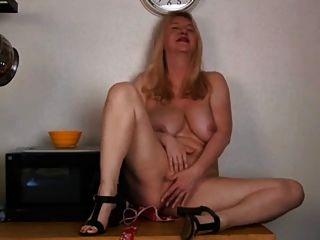 Ältere mit großen Titten Masturbation in der Küche