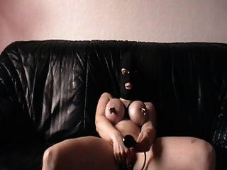 mir masturbiert mit geklemmten Titten und Stecker