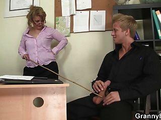 Büro Hündin genießt sein Fleisch Reiten