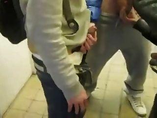 circel Schlag und wichsen in der öffentlichen Toilette