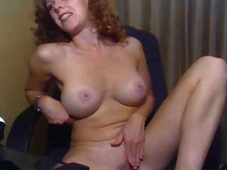 Mädchen mit schönen Titten masturbiert