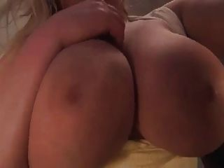 schöne blonde prallt Brüste in Ihrem Gesicht