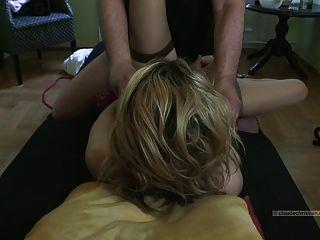 Blondine von Fremden gefesselt gefickt
