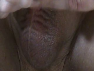 schließen bei langsamen Hand Job auf. Sperma fließt aus ungeschnittenen Penis