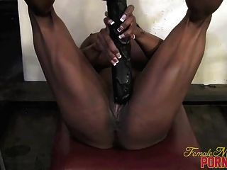 Yvette Bova - ihren großen schwarzen Dildo