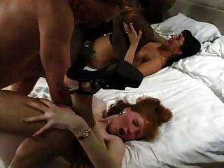 zwei milfs anal Vierer auf dem Bett