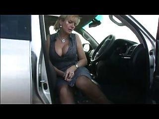 vollbusige in Strümpfen im Auto