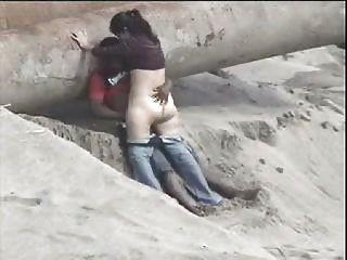 Latino-Paar am Strand gefangen