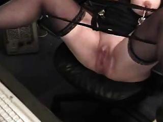 geile Oma mit riesigen Kitzler hat Spaß am Computer