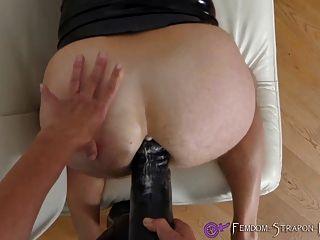 Domina Strapon fucking mit riesigen Dildo
