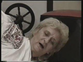 Oma gefickt auf dem Boden