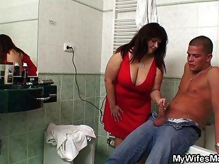 mollig Schwiegermutter nimmt es im Bad