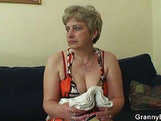 alte Hausfrau wird von einem jungen Fremden genagelt