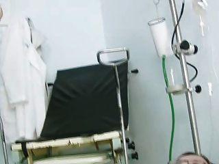 jane Muschi auf Gynostuhl an der Klinik während Speculum klaffende