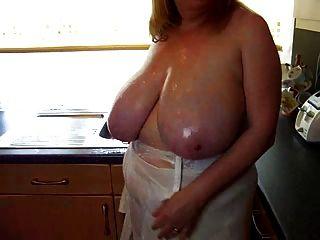 sexy bbw reife Spiel mit ihre großen Brüste in der Küche