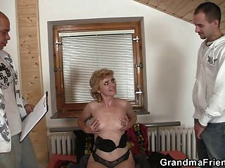einsame Oma gibt ihre Muschi