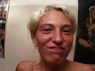 blonde Deutsch Mädchen saugt Hahn