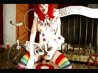 Transvestiten Clown nimmt riesigen Dildo im Zirkus