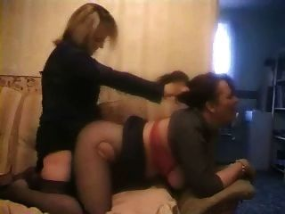Mädchen-Mädchen Strapon fuck, mit Haare ziehen