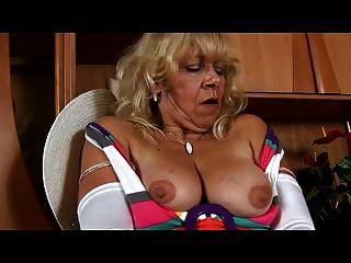 Oma in weißen Strümpfen spielt mit Pussy