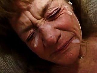 Oma nimmt eine Menge Gesichts