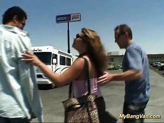 böse Babe wird mit drei großen Schwänzen in den Wagen knallte