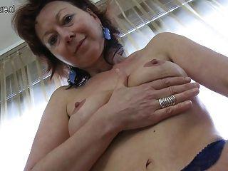 Reife Mutter liebt es, mit sich selbst zu spielen