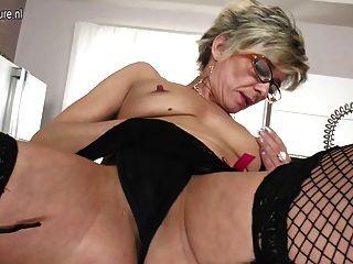 noch sexy alte Oma liebt es, mit sich selbst zu spielen