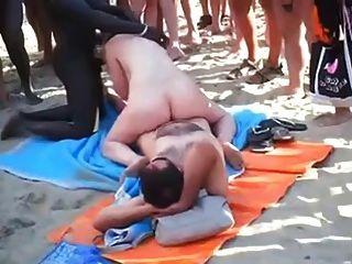 Voyeur Strand - Gruppen-Sex am Strand vor allen Leuten.