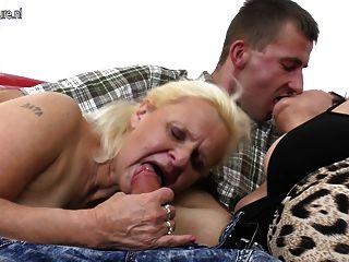 zwei Omas genießen einen großen Schwanz in Dreier