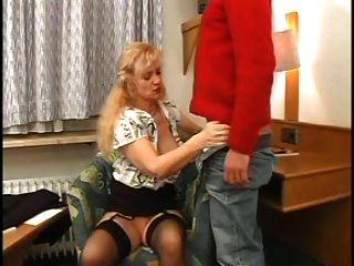 sexy mom n85 blonde reifen mit einem jungen Mann