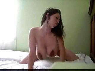 große Titten nackt auf dem Bett große Titten auf dem Bett nackt