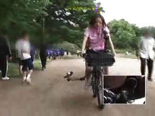 japanische Schülerin masturbiert auf einem modifizierten Fahrrad