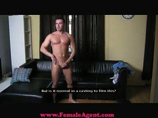femaleagent - großspurig Casting Kerl dominiert wird