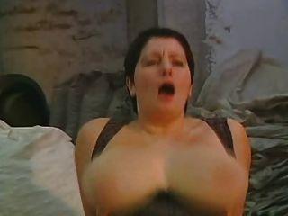schöne Mutter und ihre massiven riesigen Titten