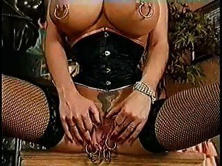 Monster Vagina. Extrem-Piercing. Fisting